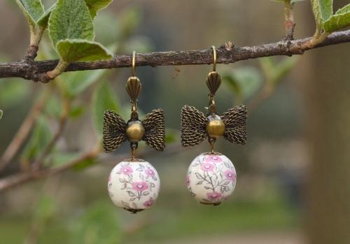 boucles d'oreille, noeud, peint main, perle bois, fleurs, rose